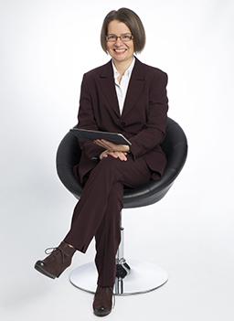 Rechtsanwältin Angela Jehrke mit Tablet